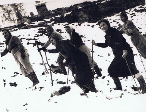 Como si de patinaje de sky se tratara, jimenatas ayudadas de palos de ramás para caminar sobre la nieve. Año 1954. Fuente: Ediciones OBA.