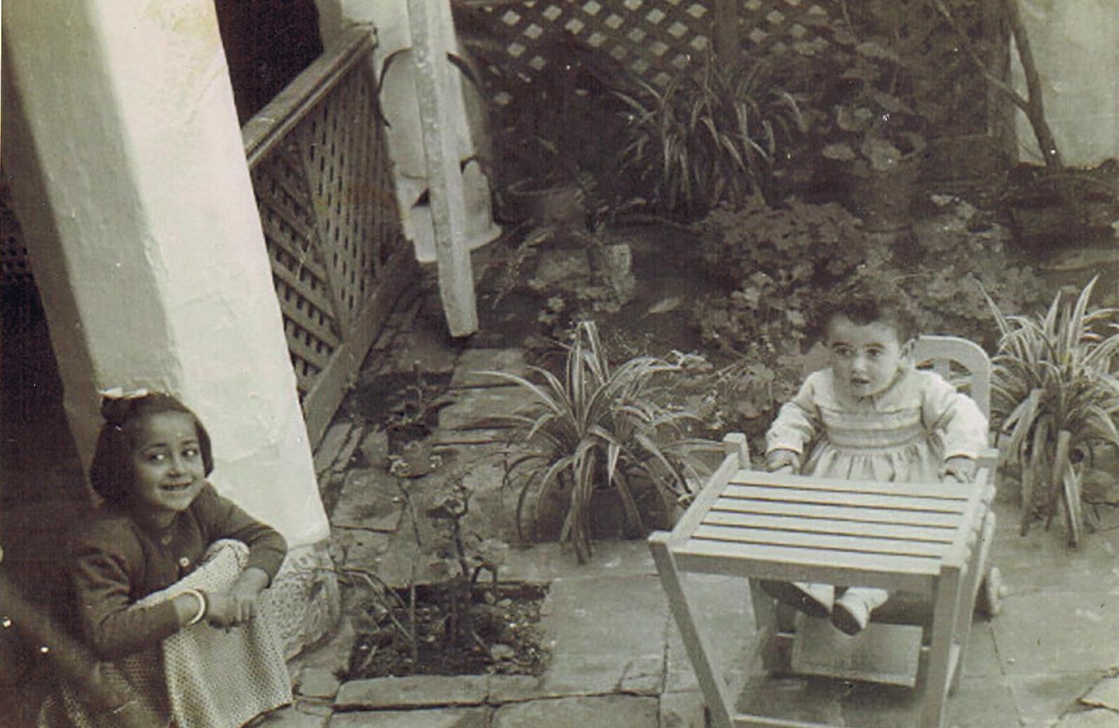 Con Mariani León Gil, la hija de Juan el barbero, vecina con la que compartíos el patio. Año 1952. Foto propia.