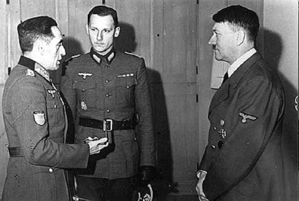 El general del ejérciito franquista, Agustín Muñoz Grande, jefe de la División Azul, a la izquierda de la imagen recibido por Adolfo Hitler. En el centro, el traductor. Diario El Mundo,