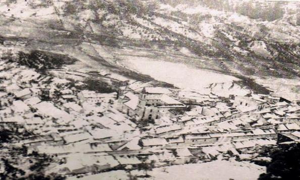 Imagen de la nevada tomada desde el Castillo, de parte del barrio arribe. Se percibe la torre de la iglesis de la Misericordia o Vactoria. Año 1954. Fuente: Ediciones OBA.