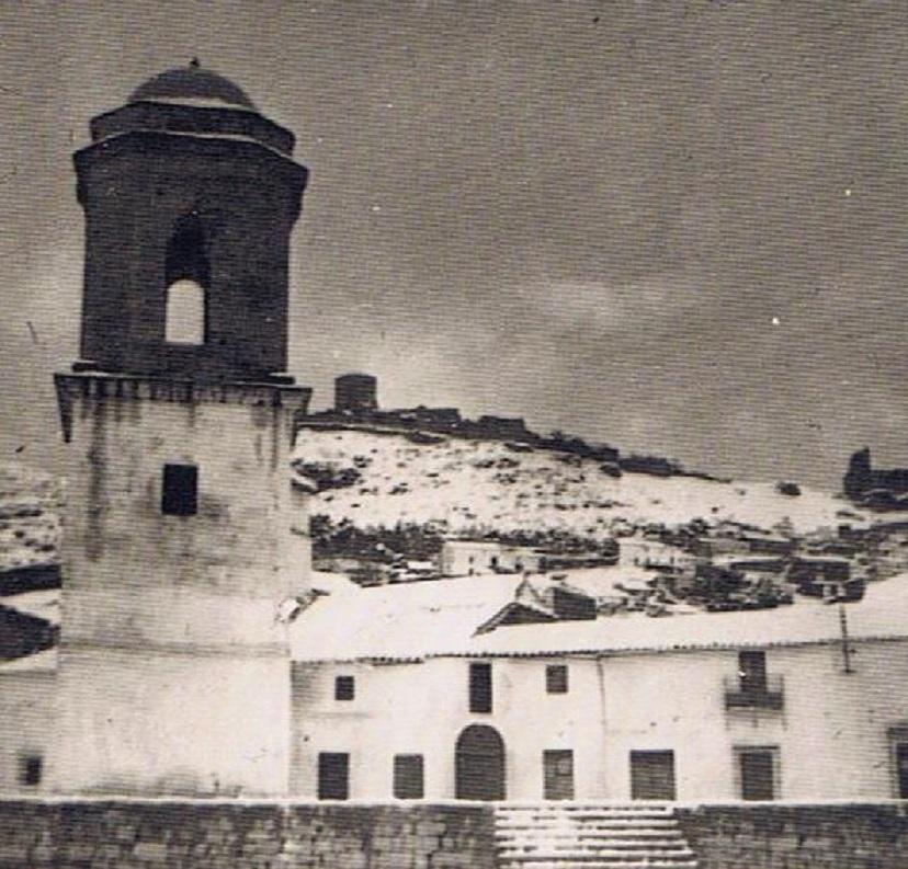 El campanario y al fondo El Castillo nevado. Año 1954. Fuente: Ediciones OBA.