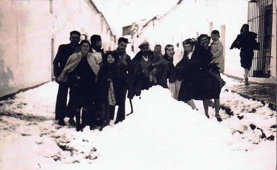 Grupo de jimenat@s entre la nieve. Año 1954. Fuente: Ediciones OBA
