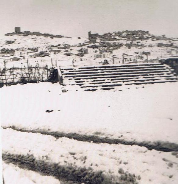 Imagen de la nevada a pie del parque jardín quehabía a la entrda de Jimena donde antes hubo una plaza de toros y hoy se eleva el centro escolar IES Nuestra Señora de los Ángeles. Año 1954. Fuente: Ediciones OBA