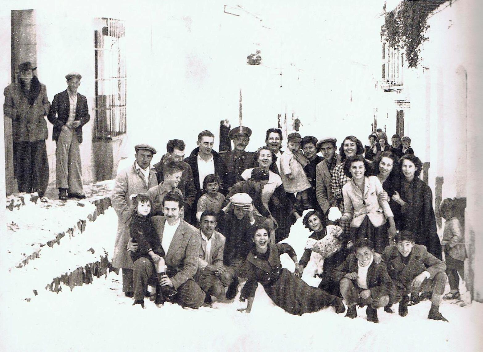 Grupo de jimenatos del barrio arriba. Año 1954. Ediciones OBA