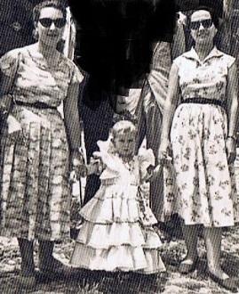 Las peluqueras, Juana Caba Gutiérrez e Isabel Caba Gutiérrez. Entre ambas, Olimpia Mostazo Caba. Año 1959. Fuente: Ediciones OBA.