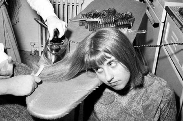 Hasta planchas caseras se empleaban tras el lavado y enrulado del cabello femenino para alisarlo. Año 1965. Fuente: Google. Google.