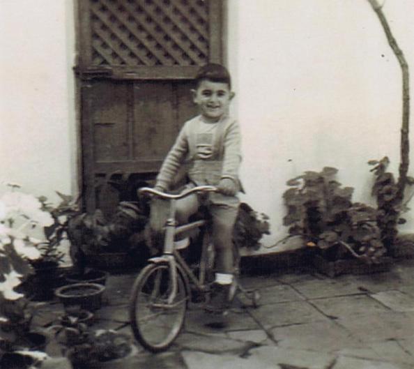 La puerta de comunicacón con la familide Juan León en medio del patio donde se elevaba un medio muro que lo separaba en dos mitades. Al fondo de l pared el tronco del jazmín. Año 1955. Foto propia.