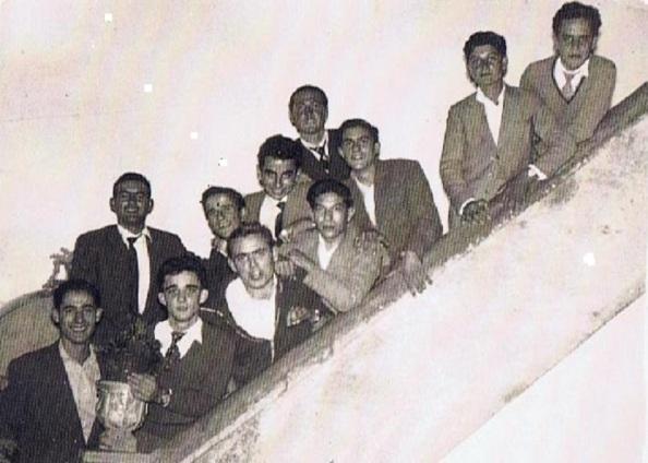 Grupo de jóvenes jimenatos en el salón de baile Los Tres Saltos. En la escalera de subida a la segunda planta. Ediciones OBA. Año 1958