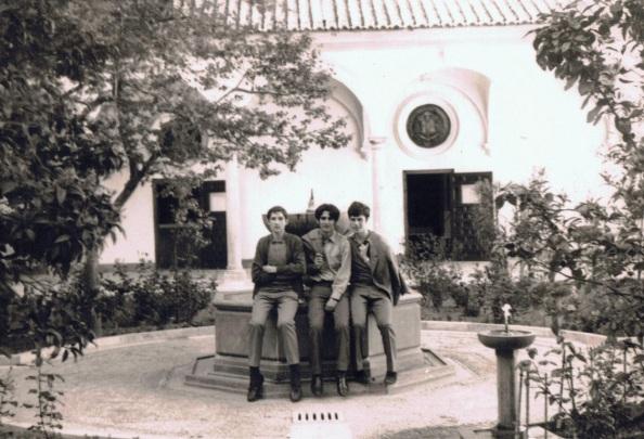 En Madrid, en el centro y a ambos lados, dos compañero de curso de sexto de bachiller del Innstituto, Ramiro de Maeztu. Año1968. Foto prropia.