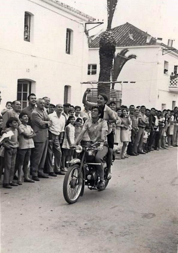 """carrera de cintas a moto. Fuente: Portal de Facebook: """"Quiero a Tesorillo""""."""