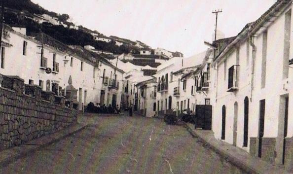 El Paseo. Donde están sentados en las aceras, a mano derecha, el que fue el Bar Becina y enfrente a la izquierda, el antiguo Bar de Cuenca. Fuente: Ediciones OBA.