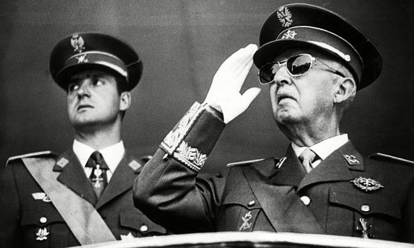 El Príncipe Juan Carlos con el Dictador, Francisco Franco que se saltaría la línea de sucesión monárquica que le hubiera correspondido al padre, don Juan de Borbón. Fuente: Google.