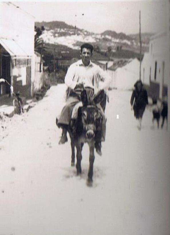 Año 1947. Jacinto Pérez Navarro Boza, con su borriquilla entrando en la Estación procedente del pueblo. Al final de esta calle, mano derecha vivió el doctor Lastres y familia. Fuente: Ediciones OBA.
