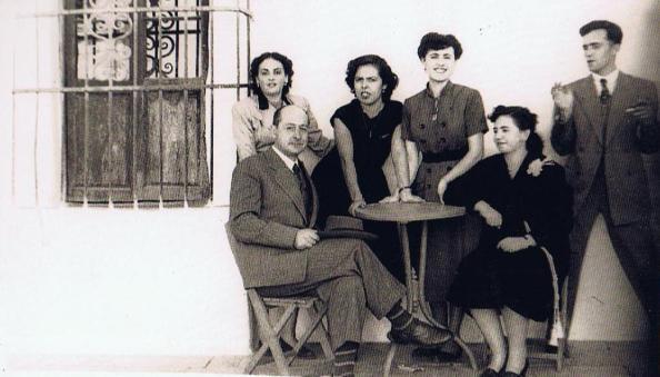 Manuel Lastres ; Elisa Serna Pernias. De pie; Nina Vallecillo Soriano,