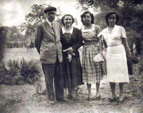 MAnuel Lastres Abente. Elisa Pardo Pernias, Nina Vallecilo Soriano y Lina Jiménez Vallecillo. Año 1957. Fuente: Ediciones OBA.