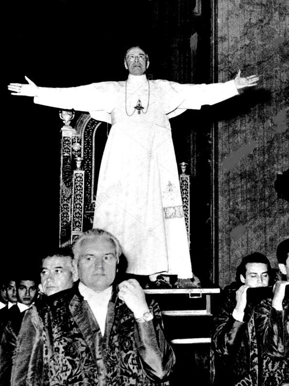 El Papa Pio XII en vida llevado en procesiion junto a su inseparable silla gestatoria. Fuente, Google