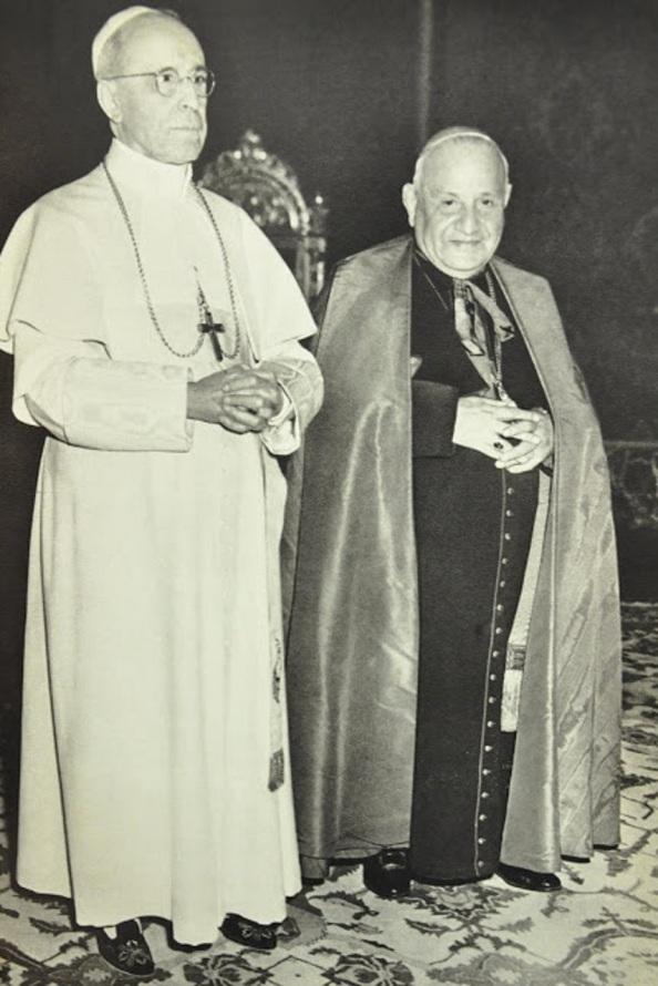 En apenas un quinquenio vivimos la muerte de dos Papas. Pio XII , de blanco, que fue elegido con 53 a;os y duro su Pontificado 19 anos y Juan XIII, que fue Papa a los y no lleg'o a los cinco anos su Papado. Fuente> Google.