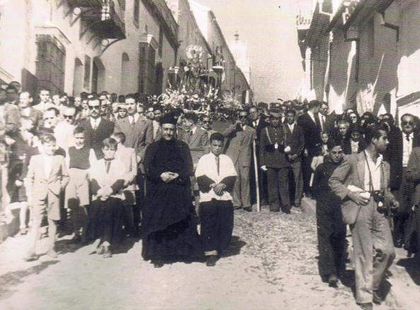 Procesi'on de la Reina de los 'Angeles por la calle Sevilla de Jimena. A;o 1953.