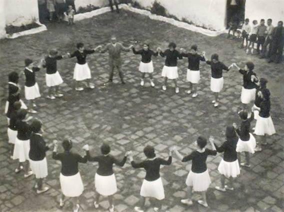 El baile de la Sardana en el patio antesala a la entrada a la Iglesia de Nuestra Señora de los Ángeles. 1960. Fuente: Ediciones OBA.