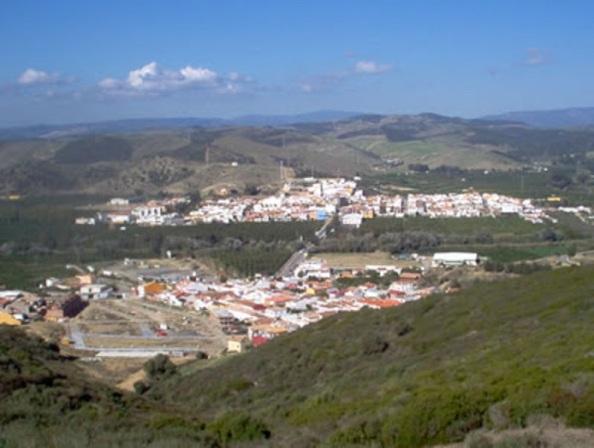 San Martín del Tesorillo, al fondo, entidad local autónoma desde 1999, perteneciente al municipio de Málaga, y por debajo, El Secadero, perteneciente al municipio de Casares, ya formando parte de la provincia de Málaga y que fue construida sobre la una vía pecuaria.