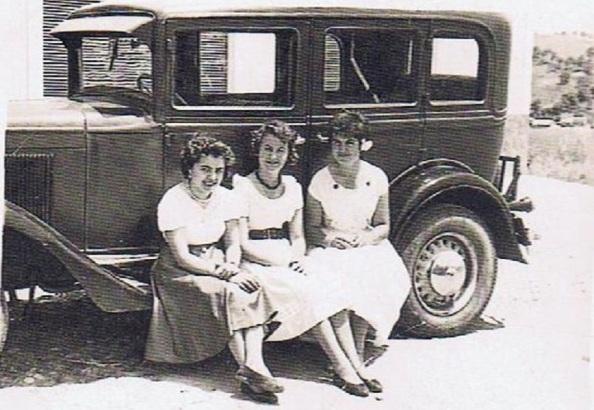 ño 1957. Coche de Jimena. En la imagen, las jimenatas: Inmaculada Vargas-Machuca García; Ana María Gil Gómez; Isabel María Gil Vargas-Machuca. Fuente: Ediciones OBA.