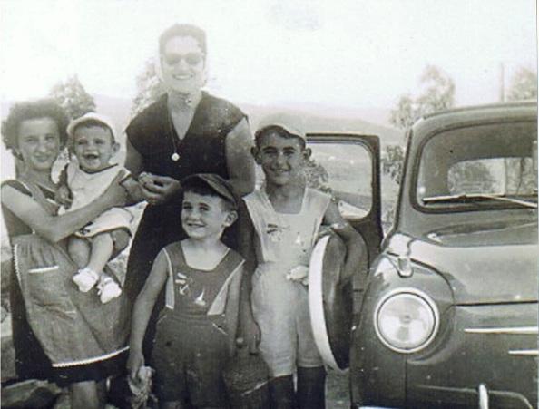 Clarita con mi hermano Francisco Javier en brazos, mi hermano Migiel ángel y yo. Detrás mi madre y mi padre al volante.