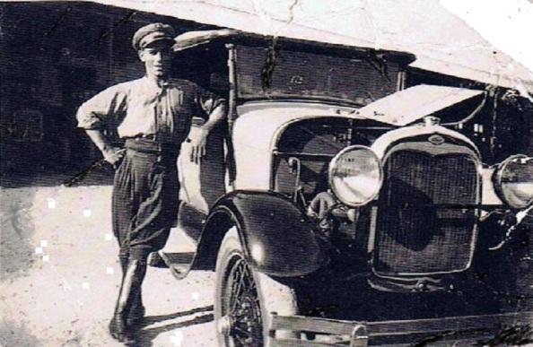 El jimenato Francisco Infante Riquelme, en 1927 con un vehículo de la época. La,emtablemente sigue siendo uno más de los desaparecidos en la contienda golpista de 1936, presuntamente en Pozo Blanco. Fuente: Ediciones OBA.