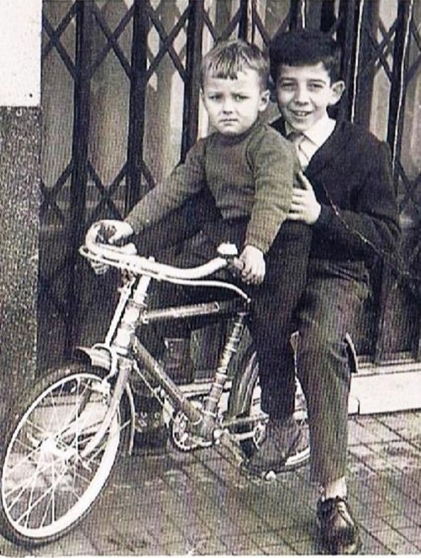 josé María Macías detrás de su primo Sebastián Zarza, en una bicicleta BH. Fuente: Ediciones OBA.