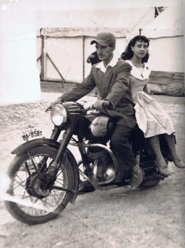El maestro sastre, Miguel Cárdenas Urbano con su hija Matilde Cárdenas Castillo. Fuente Ediciones Oba.