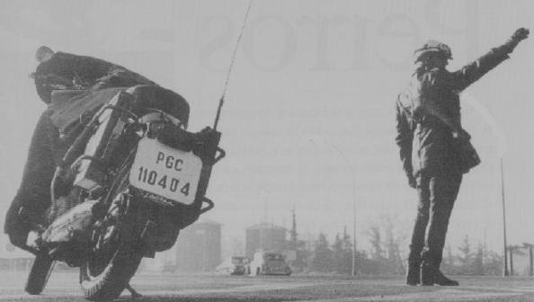 Guardia Civil de tráfico ordenando parar un vehículo. Fuente: Asociación de Examinadores de Tráfico.