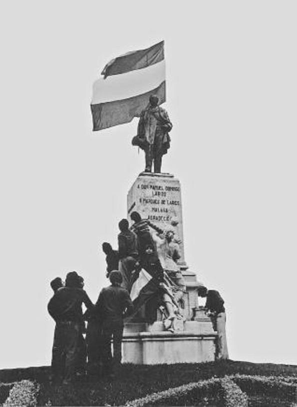 4 de diciembre 1977 la blanquiverde en el monumento a Larios