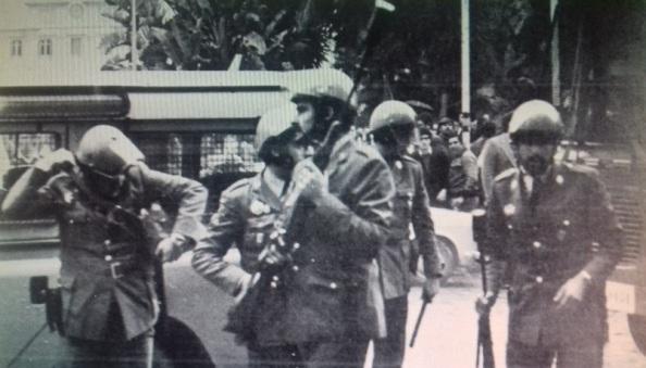 4 de diciembre 1977 policías fusiles en el Parque