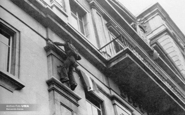 4 de diciembre 1977 subiendo bandera diputac