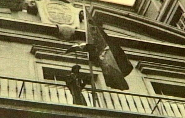 Juan Manuel Trinidad Berlanga de Utrera poniendo la bandera 4 de diciembre
