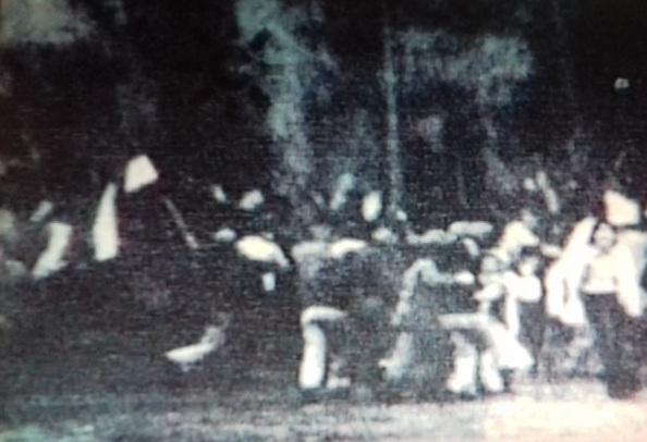 manifestantes corriendo por el paseo del parque 4 de diciembre