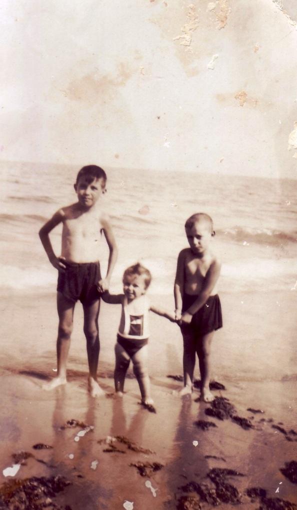 3 hermanos Ortega Terrones en la playa