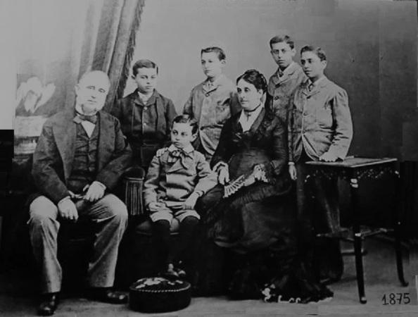 Pablo Antonio Larios Leocadia Sánchez de Piña e hijos Gibraltar.jpg b y n