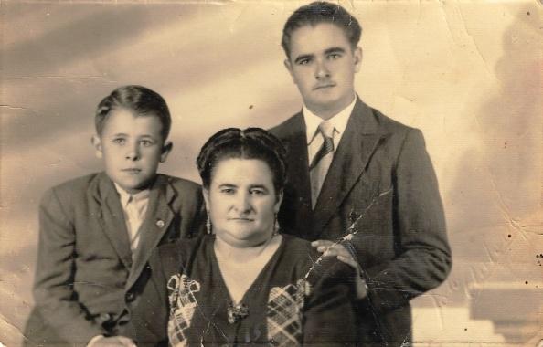 11 Antonia y sus dos hijos, Martin y Guillermo
