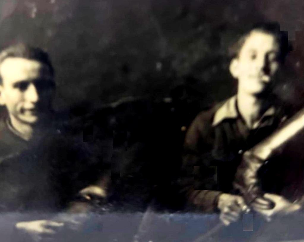 La imagen tiene un atributo ALT vacío; su nombre de archivo es juan-gil-limpianzo-zapatos-mili.jpg